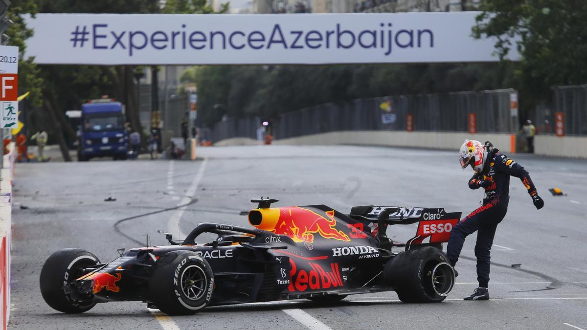 Max Verstappen, que sufrió un pinchazo en el circuito de Bakú, se mantiene como líder del Mundial.