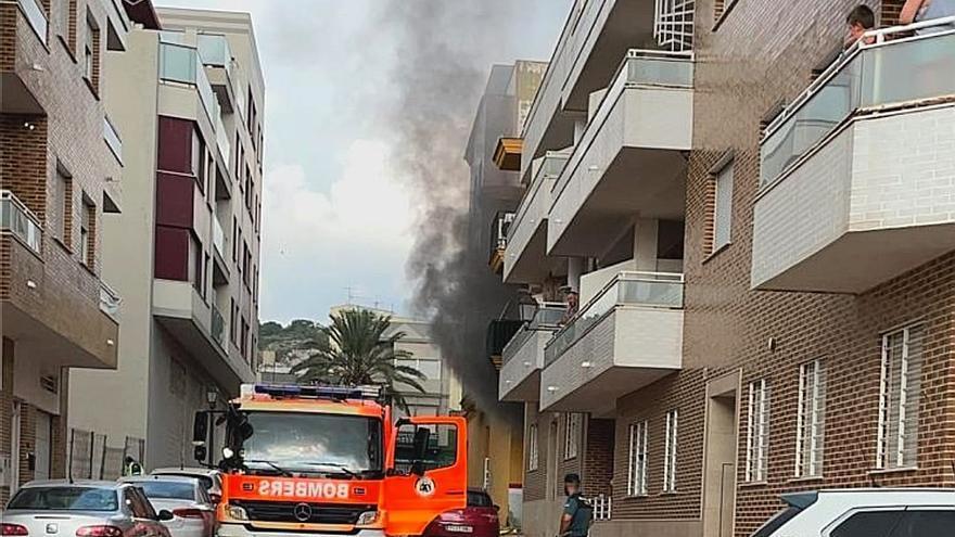Un incendio en un garaje en Favara afecta a una furgoneta y dos motos