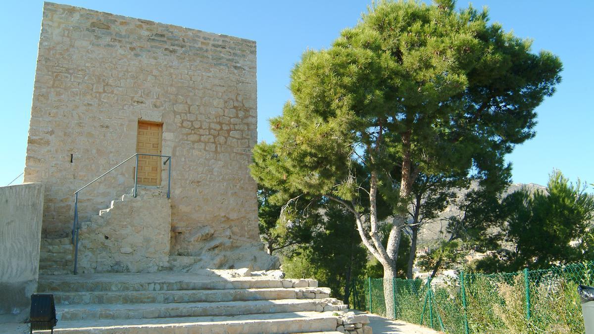 La torre es una construcción de planta rectangular, realizada toda ella en mampostería.