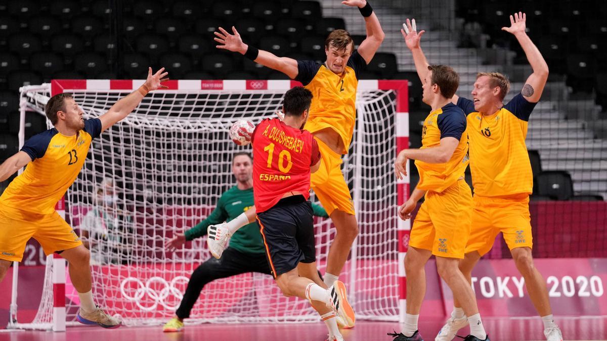 Una jugada del matx de handbol entre la selecció espanyola i Suècia