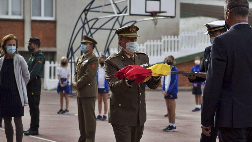 El San Fernando adelanta con el izado de la bandera de España la celebración de la Hispanidad