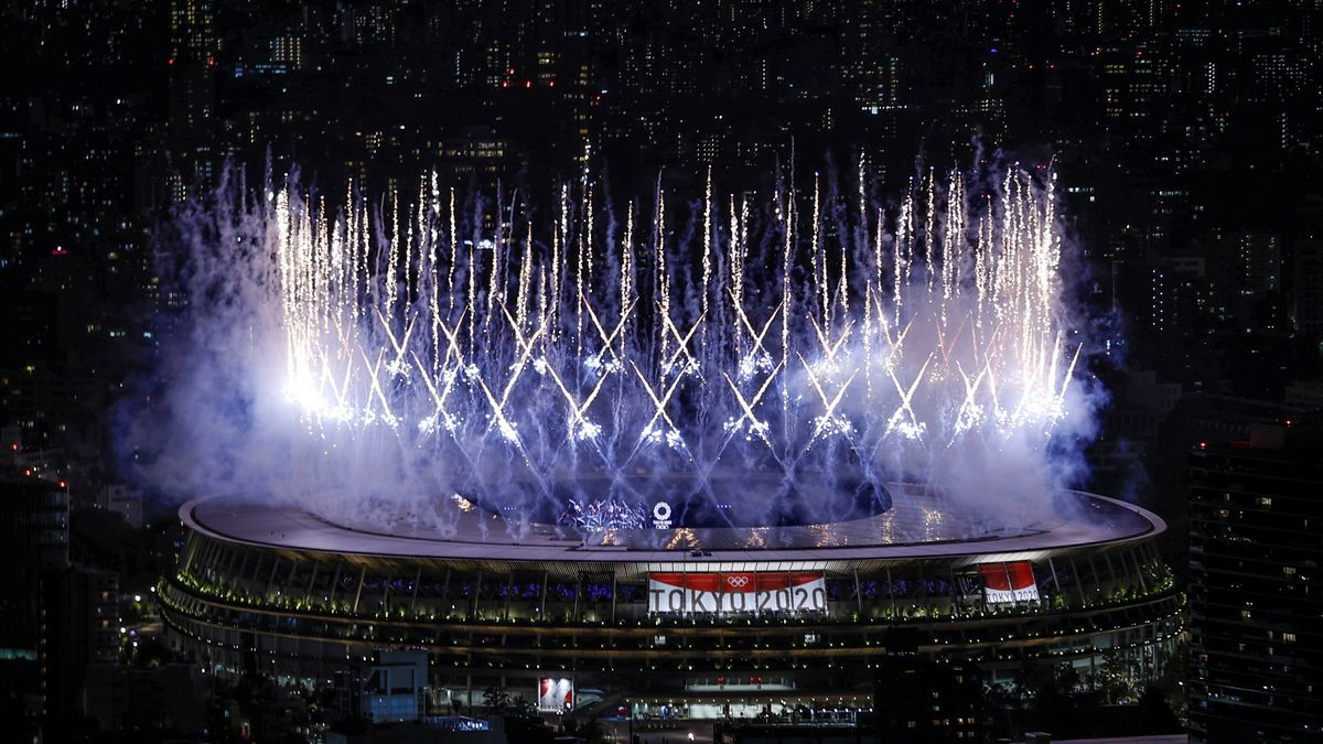 Fuegos artificiales durante la ceremonia inaugural de los Juegos Olímpicos de Tokio 2020