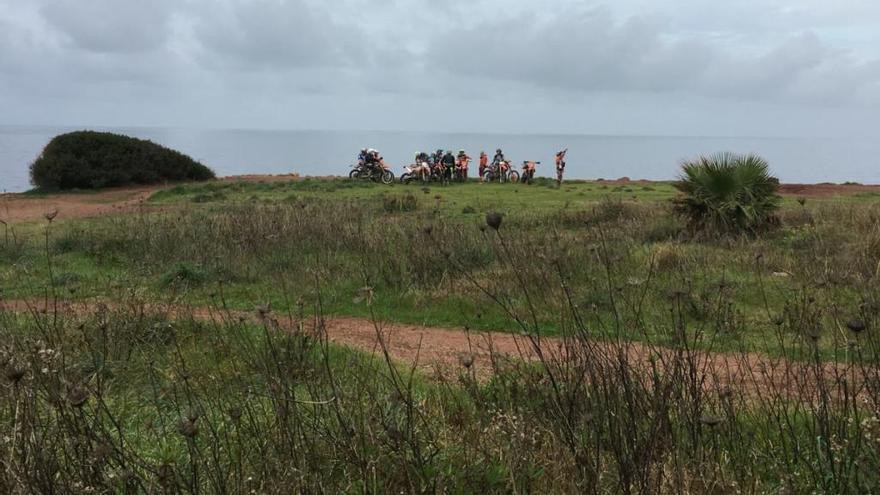 Cross-Fahrer heizen durch geschütztes Gebiet bei Port des Canonge