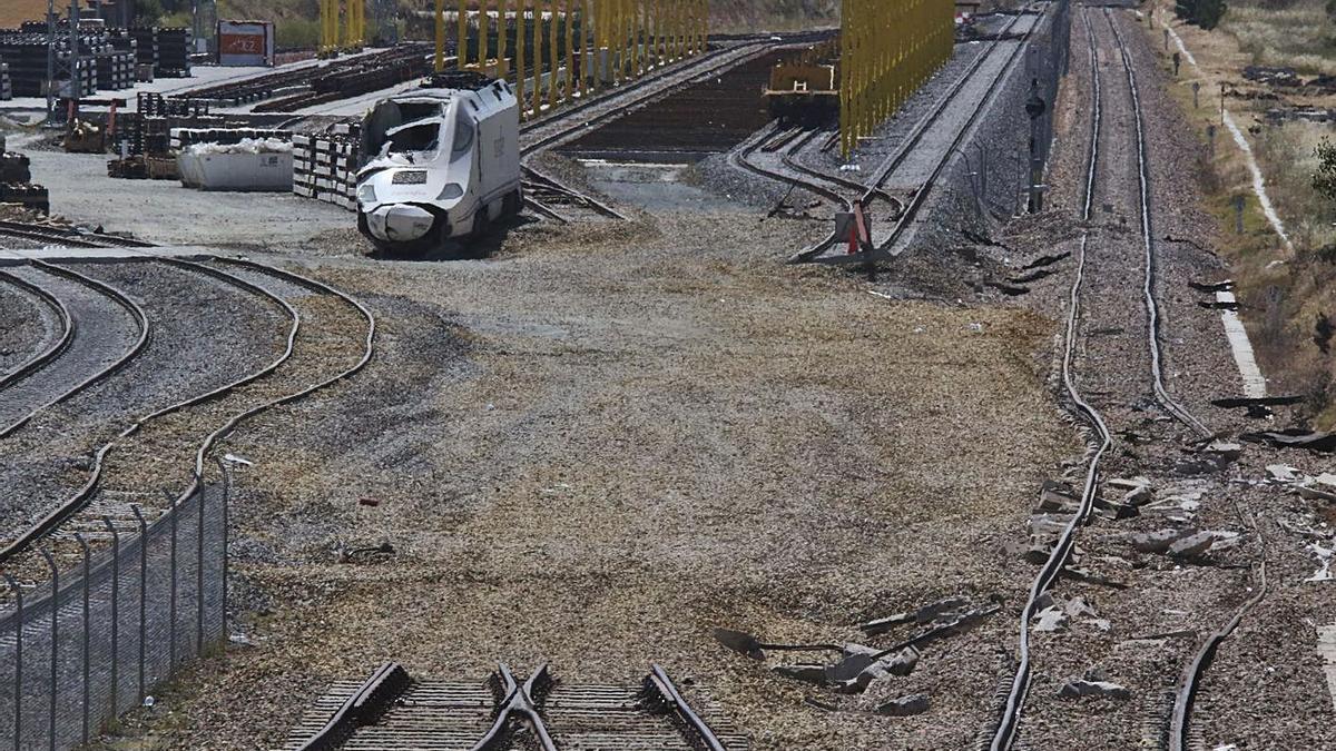 Daños en la infraestructura ferroviaria causados por el accidente del Alvia en La Hiniesta.   Jose Luis Fernández