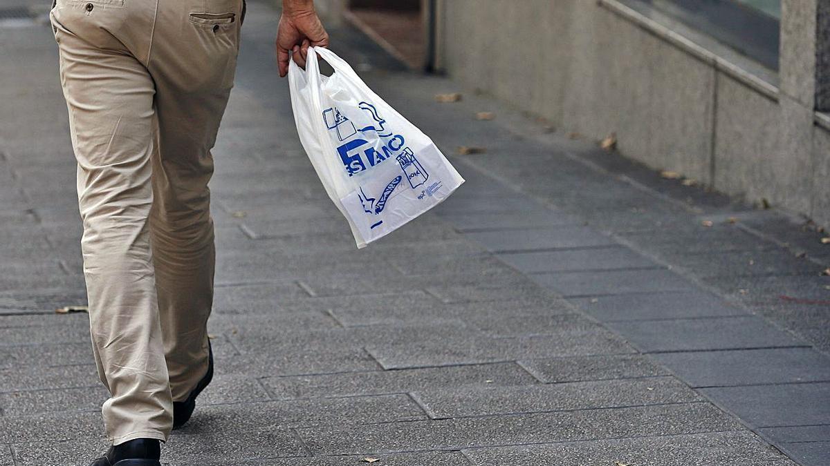 Las cadenas de supermercados valencianas manifiestan que quieren reducir el uso del plástico. | EFE/JAVIER LIZÓN