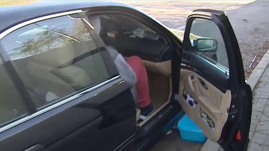 Movimiento vecinal para ayudar a una familia que vive en un coche desde hace 6 semanas