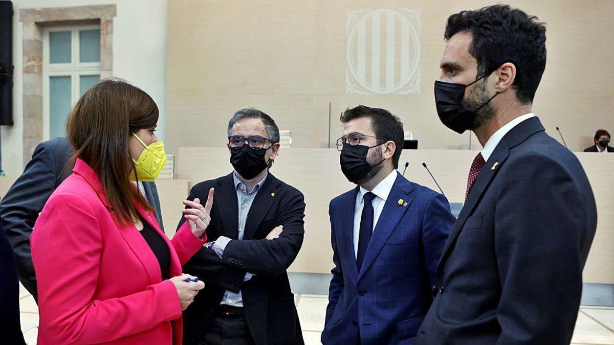 Imatge d'arxiu dels republicans Aragonès, Torrent i Jové conversant amb Geis (JxCat)
