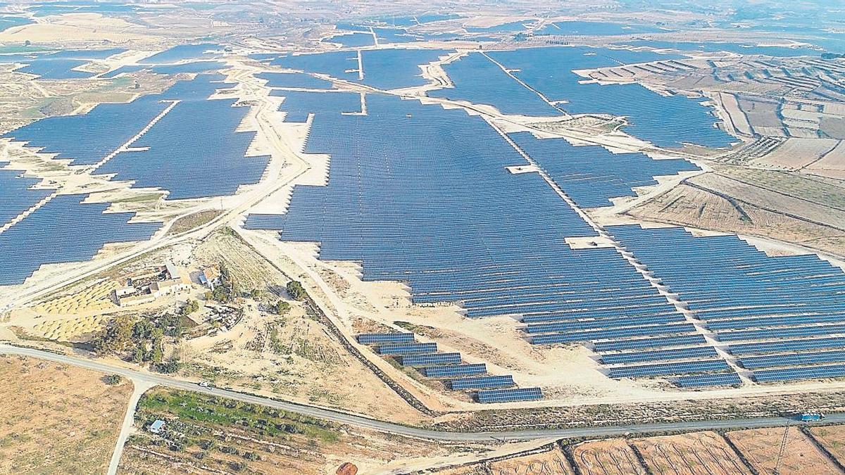 Vista aérea del campo fotovoltaico de la Mula, en Murcia, uno de los dos más extensos de toda España.