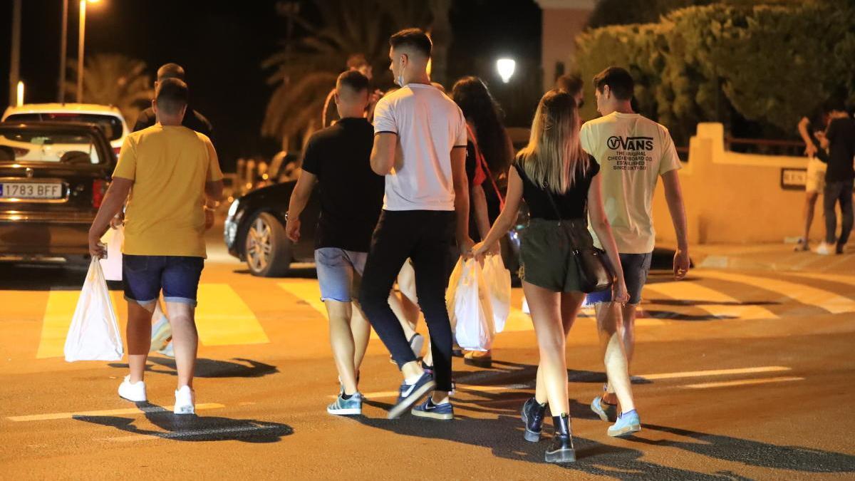 Un grupo de jóvenes se dispone a participar en un  botellón en Cabo de Palos.