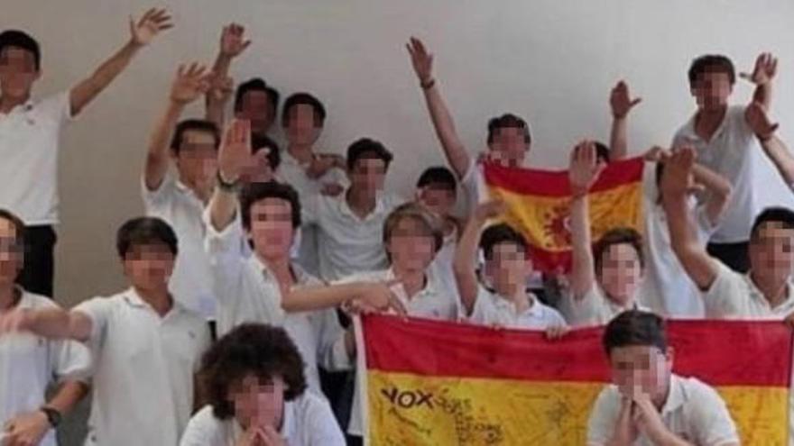 Lehrer nach Hitlergruß-Foto mit Schülern vom Dienst suspendiert