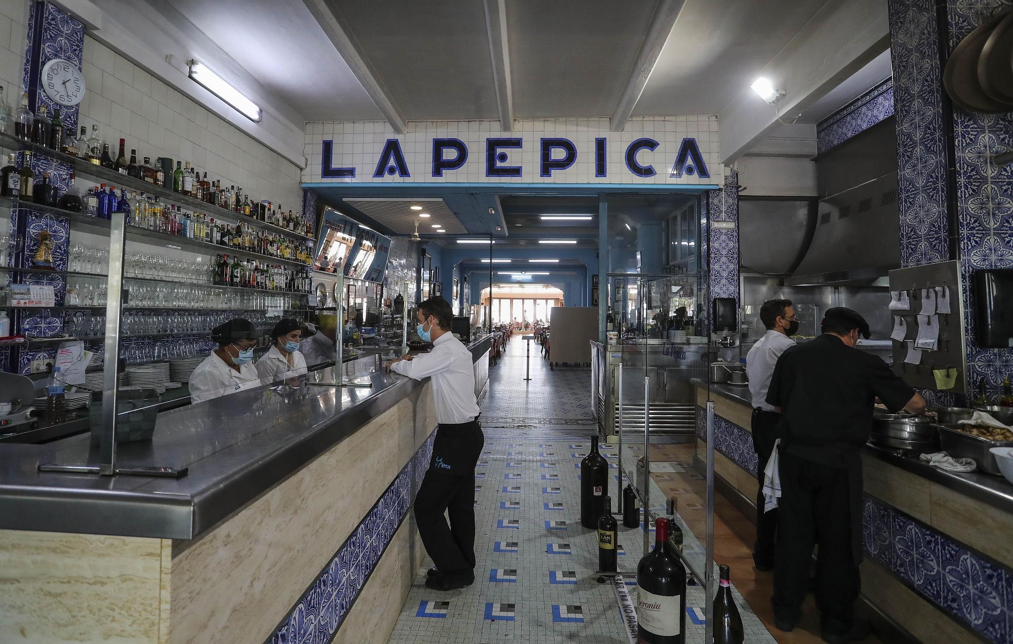 Una jornada de servicio en uno de los bastiones de la paella: La Pepica