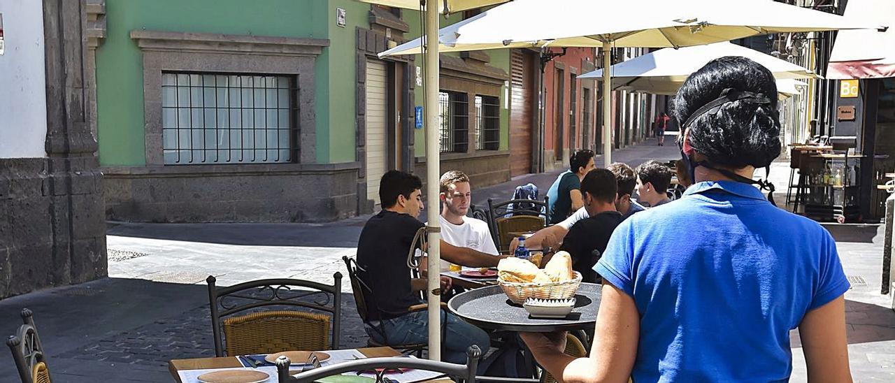 Terrazas a medias en el casco histórico de la capital grancanaria a causa de las restricciones del covid. | | ANDRÉS CRUZ