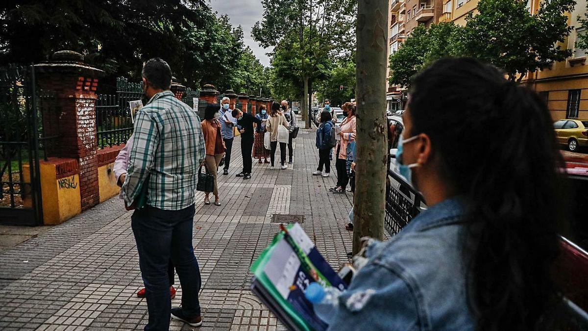 Un grupo de opositores, a las puertas del instituto Claudio Moyano de Zamora.