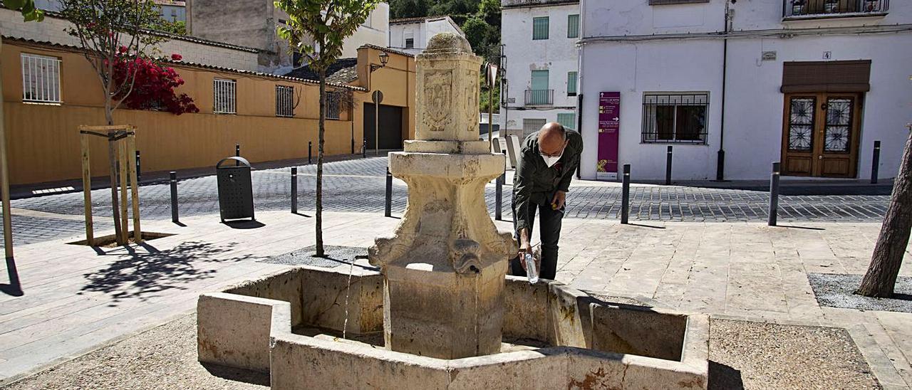 Un vecino de Xàtiva recoge agua de la Font del Trinquet, en una imagen de hace unas semanas | PERALES IBORRA