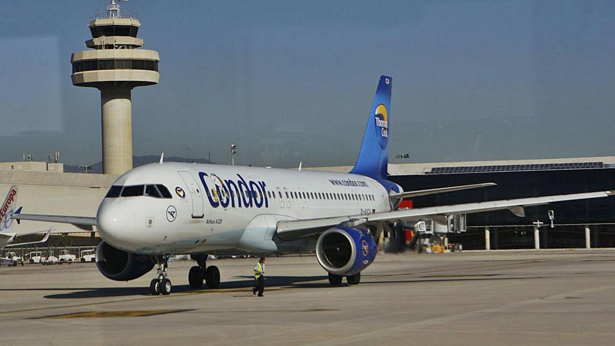 Un avión acaba de tomar tierra en el aeropuerto de Son Sant Joan en una imagen de archivo.