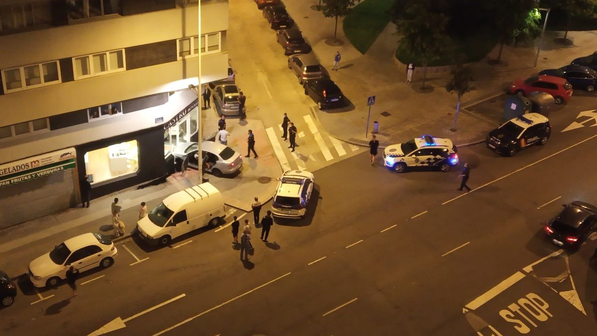 El vehículo accidentado, empotrado contra el frente de un negocio en la confluencia de Monasterio de Caaveiro y Monasterio de Xubia.