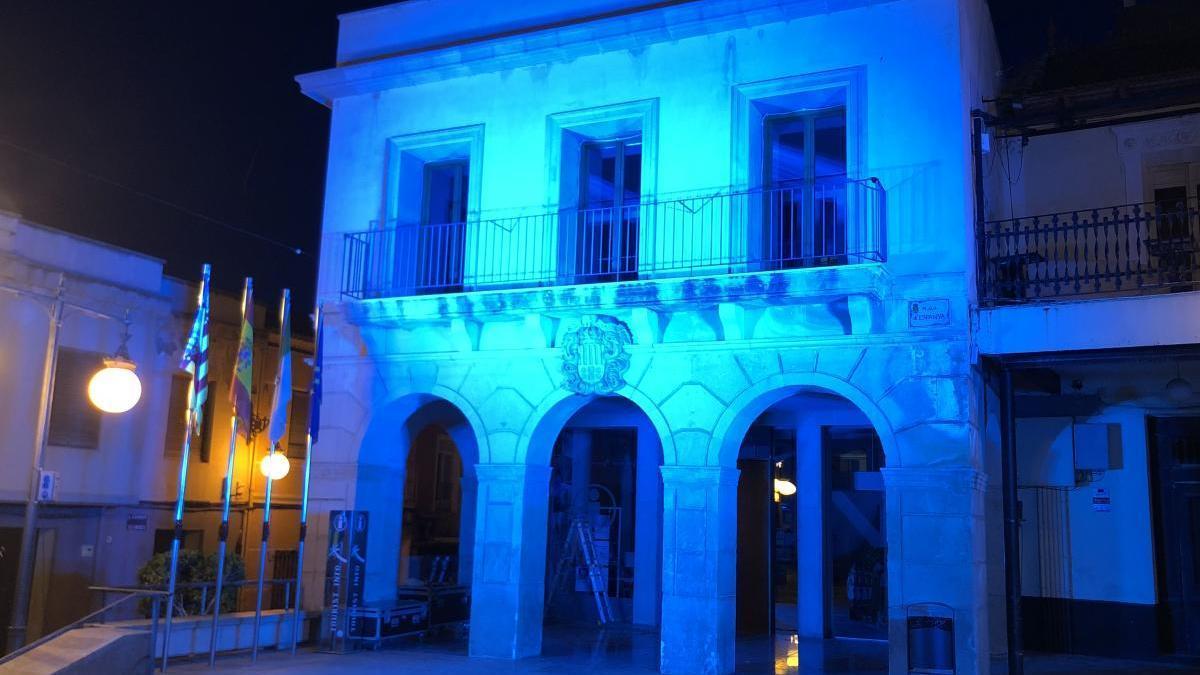 San Vicente viste de azul el antiguo Ayuntamiento como homenaje a la Enfermería en su día internacional