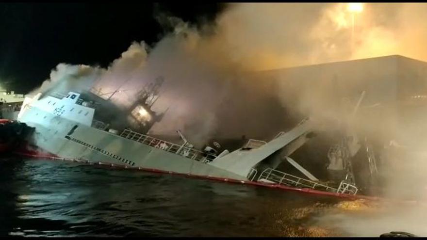 Se hunde el pesquero incendiado en Bouzas