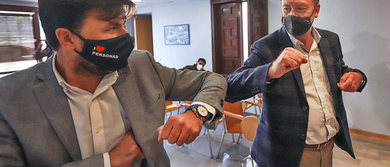 José Aix (Cs) choca el brazo con el alcalde Emilio Bascuñana (PP), en una comparecencia reciente.