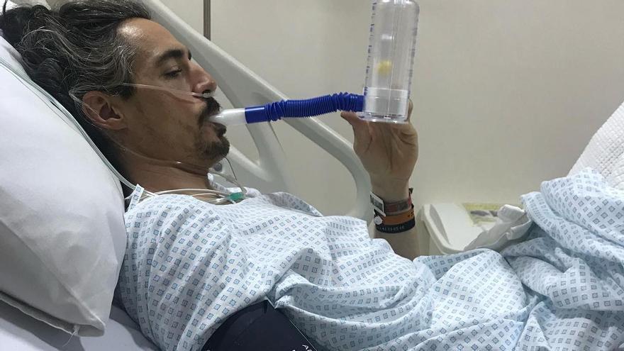 Javier Vega regresa a casa en un avión medicalizado