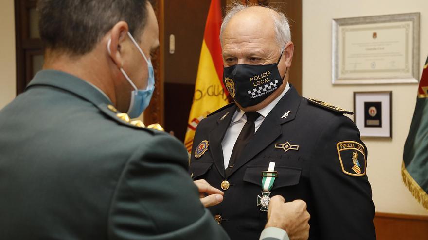El Comisario de la Policía Local de Alicante recibe la Cruz de la Orden del Mérito de la Guardia Civil