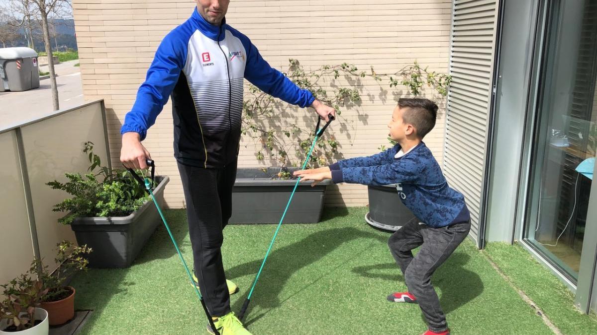 Maurici Casasayas, d'Esport 7 de Manresa, fent activitat amb el seu fill |