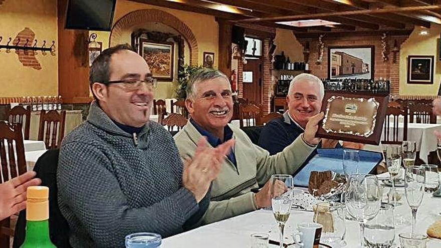 El Toro-Zamora entrega placas conmemorativas a dos trabajadores del canal