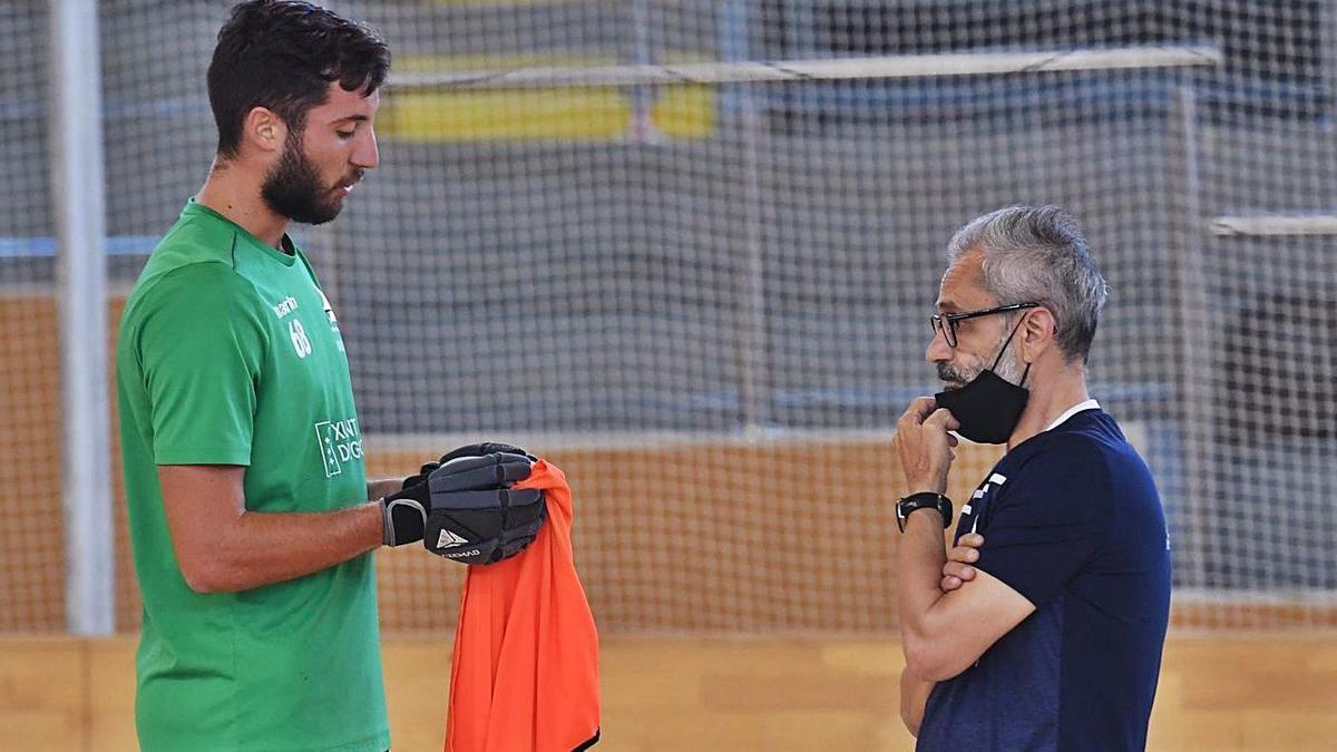 El técnico del Liceo, Juan Copa, a la derecha, frente a Roberto di Benedetto . |  // CARLOS PARDELLAS
