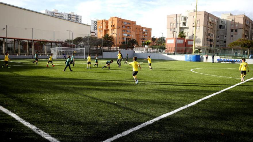 Los niños disfrutan del renovado campo de fútbol 8 de la Vega de San José