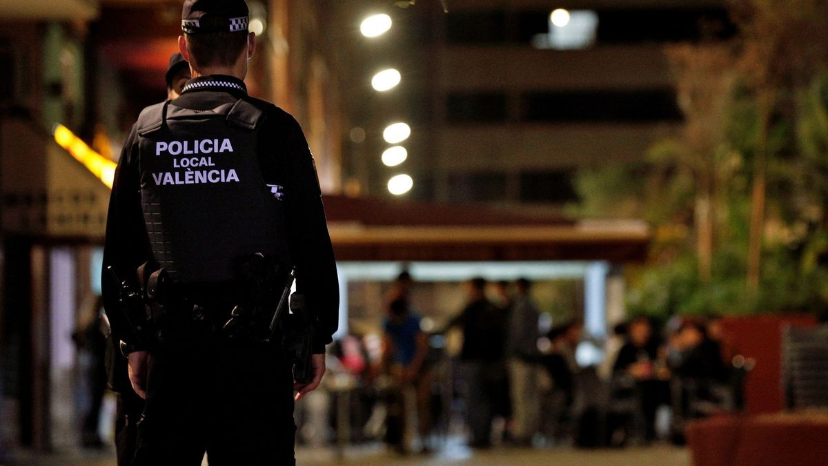 Agentes de la Policía Local vigilan que se cumpla la normativa antes del cierre de los locales en una conocida zona de ocio de la ciudad.