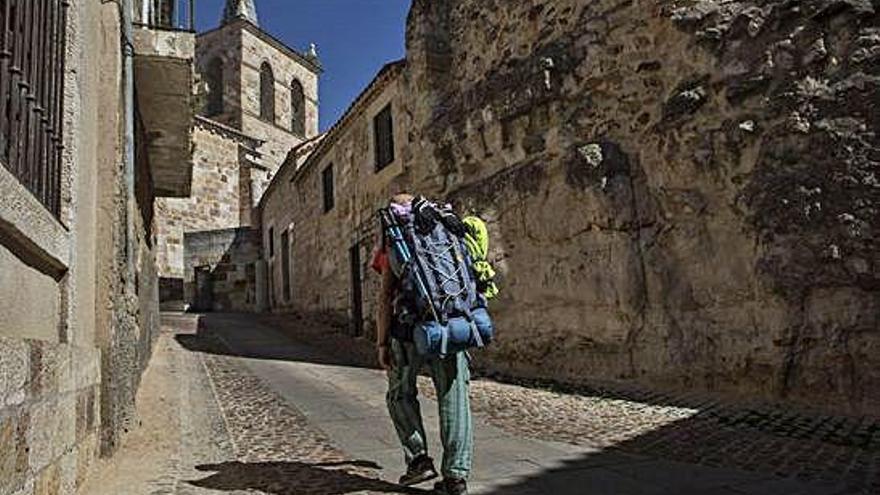 Un peregrino sube la cuesta de San Cipriano de Zamora, donde se encuentra el albergue de la capital.