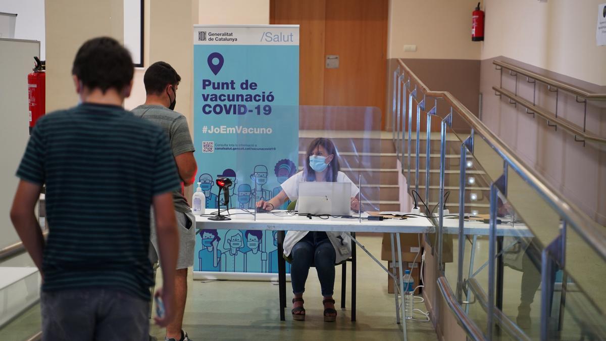 Pla tancat d'un jove després de rebre la vacuna contra la Covid-19 a Gandesa, al punt de vacunació sense cita prèvia que s'ha posat en marxa aquest dimarts. Foto del 6 de juliol (Horitzontal). Fotografia cedida per Salut.