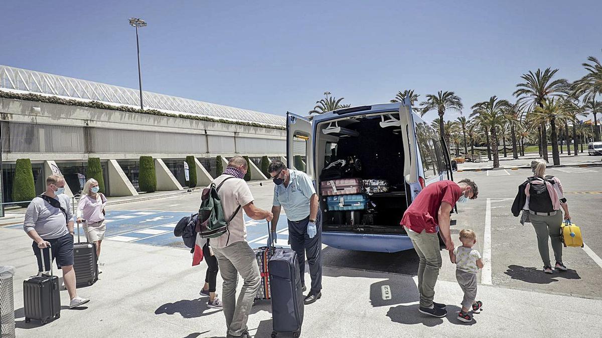 Turistas cargando sus maletas en una furgoneta de TUI en Son Sant Joan, el año pasado.