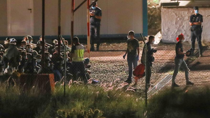 Llegan al campamento de Barranco Seco los primeros migrantes