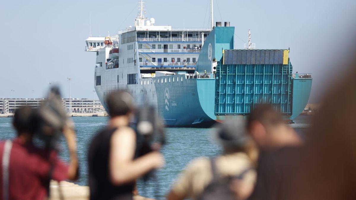 Los jóvenes del macrobrote de Mallorca desembarcan en València.