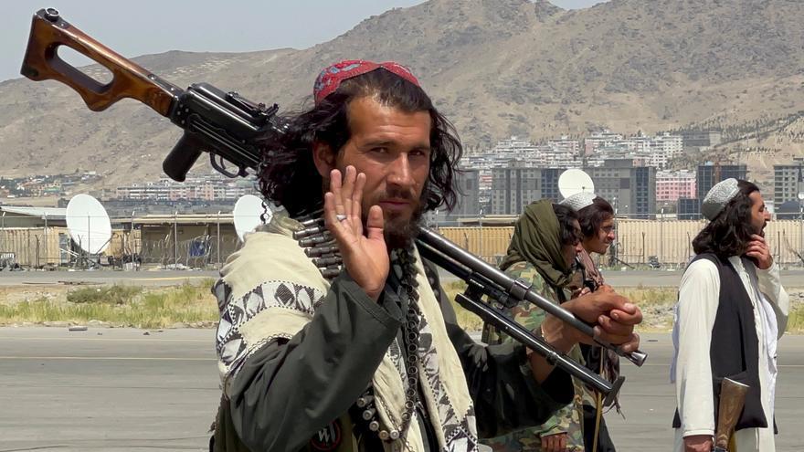 """Los talibanes celebran la retirada de las tropas estadounidenses con un """"funeral simulado"""""""