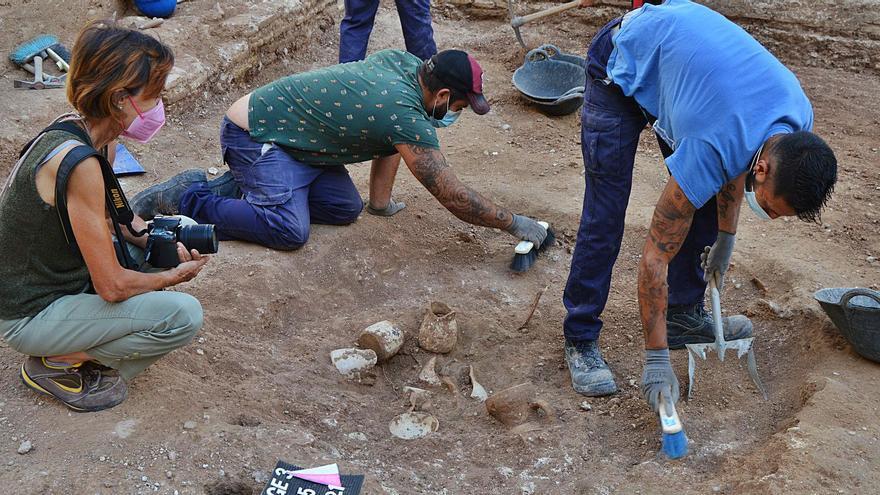 Los arqueólogos recuperan una vajilla completa del siglo XV en la plaza del Ángel