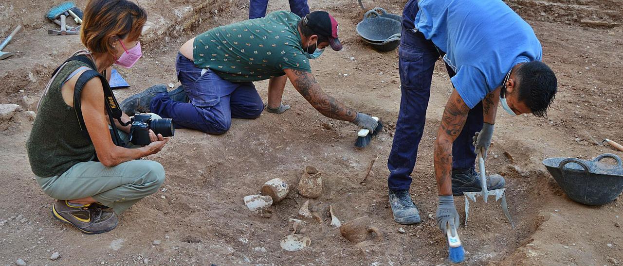 Los arqueólogos recuperan una vajilla completa del siglo XV en la plaza del Ángel | SIAM
