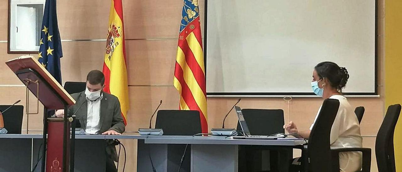 Carmen Alcibar tomando posesió de su cargo delante del alcalde.