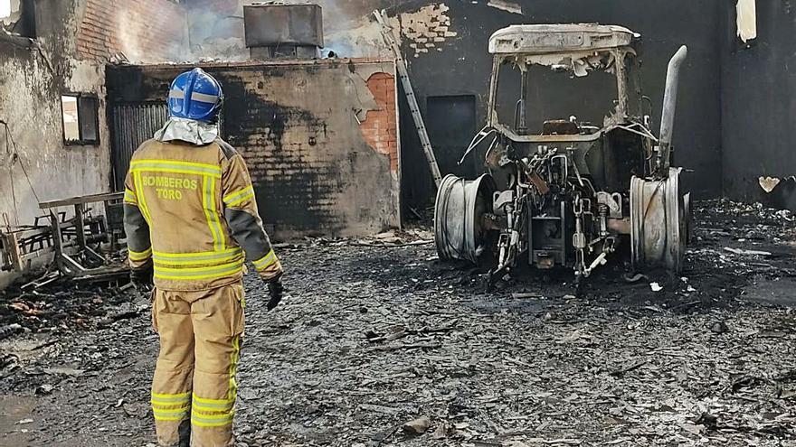 Un incendio calcina un tractor, un remolque y una segadora en una nave de Vadillo de la Guareña