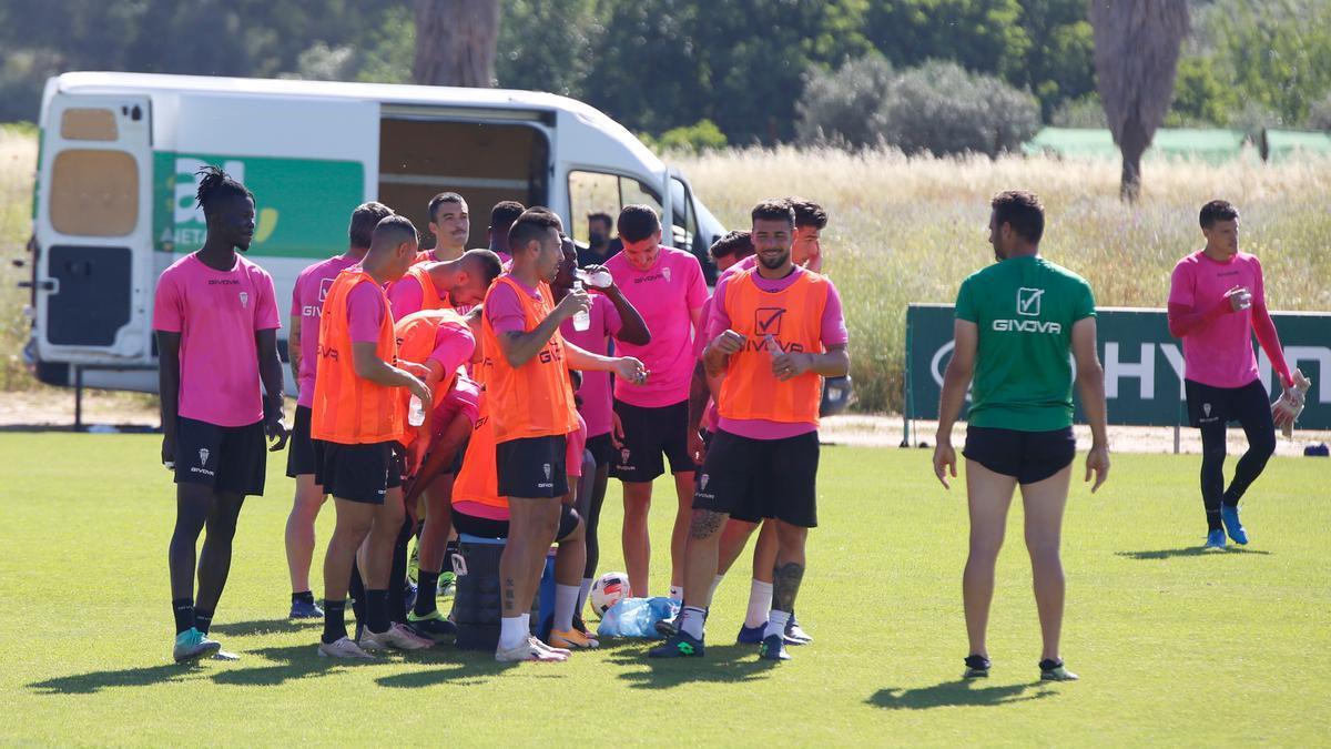 Un momento de descanso en el entrenamiento del Córdoba CF, ayer, en la Ciudad Deportiva.