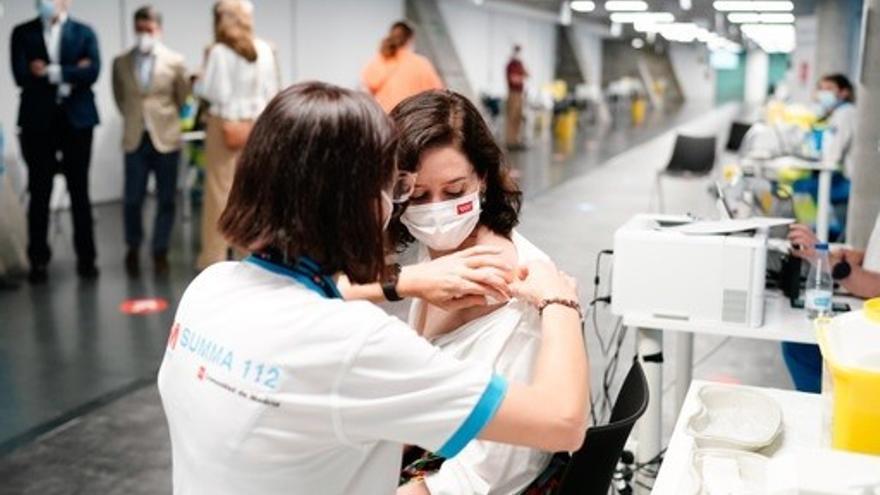 Ayuso recibe la vacuna de Pfizer contra la Covid-19