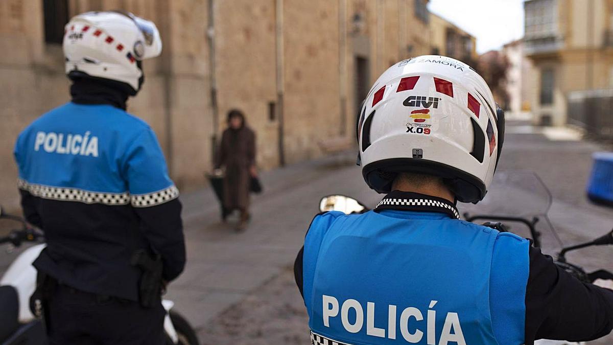 Los dos agentes de la Policía Municipal condecorados, en el casco antiguo. | Emilio Fraile
