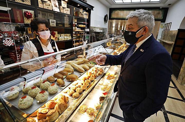 El aspirante Granda pide un pincho en Rialto durante su brevísima parada para comer