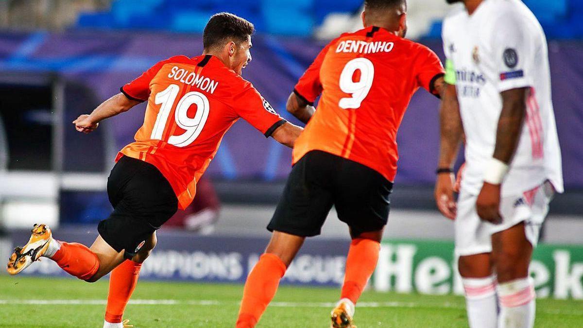 Los jugadores del Shakhtar Donetsk celebran un gol ante la desolación de Marcelo.