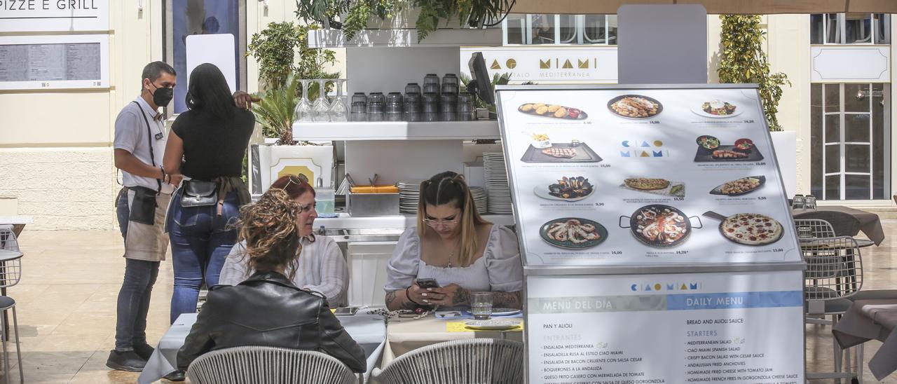 Mesas de un negocio hostelero de la Explanada de Alicante, esta semana