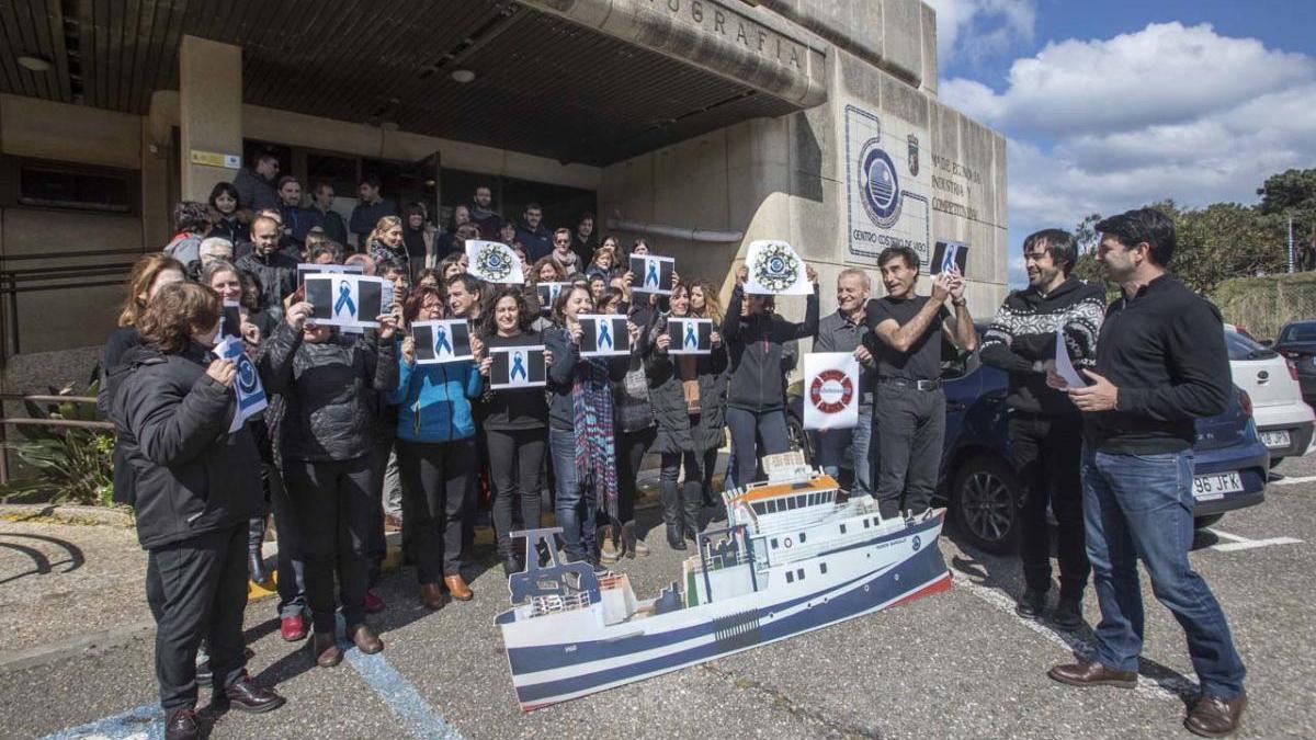 Miembros de la plantilla del IEO, en una protesta delante del edificio de Cabo Estai en 2018. // FdV