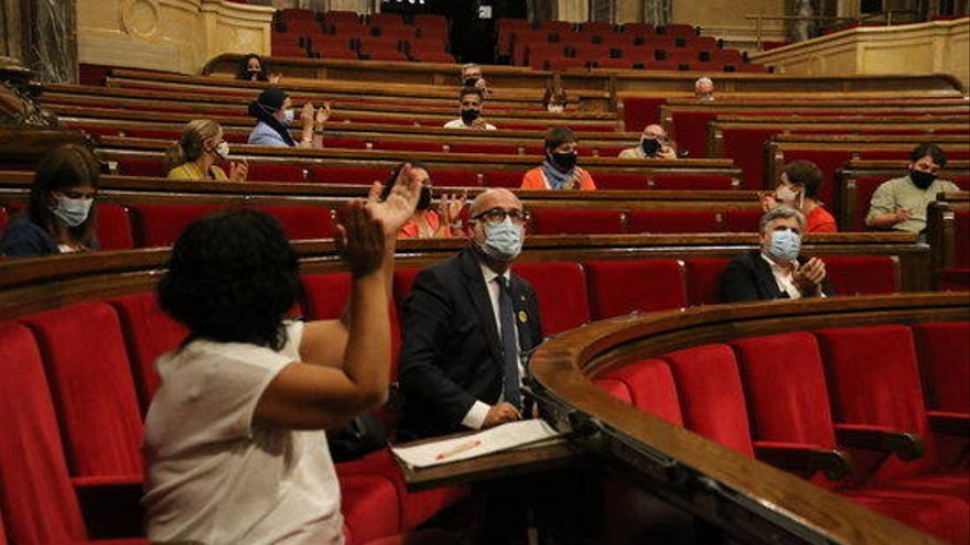 El Parlament rebutja rebaixar un 14% el sou del Govern