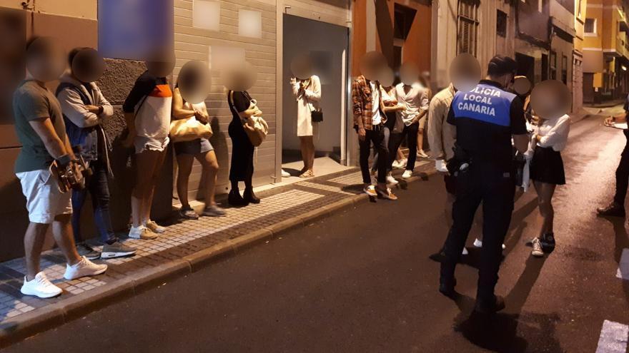 Desalojan a 18 personas que celebraban una fiesta en un local del puerto