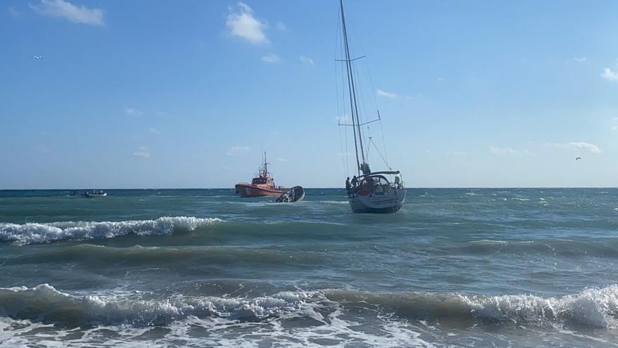 Encalla un velero de 10 metros de eslora en la playa del Portet de Moraira